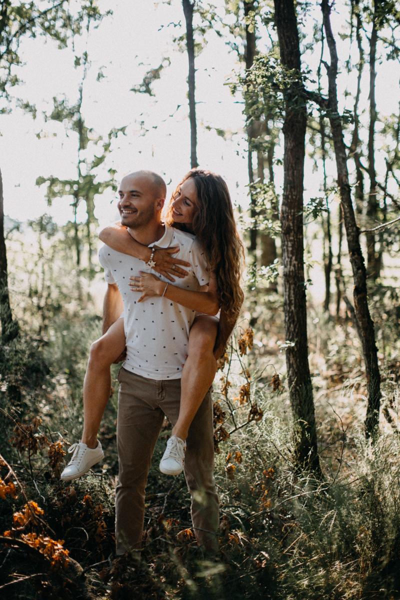 Photographe mariage seance photo lifestyle couple love session amour amoureux nature moody bois Lyon-10