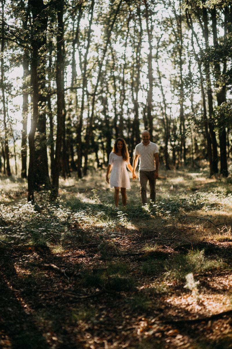 Photographe mariage seance photo lifestyle couple love session amour amoureux nature moody bois Lyon-16