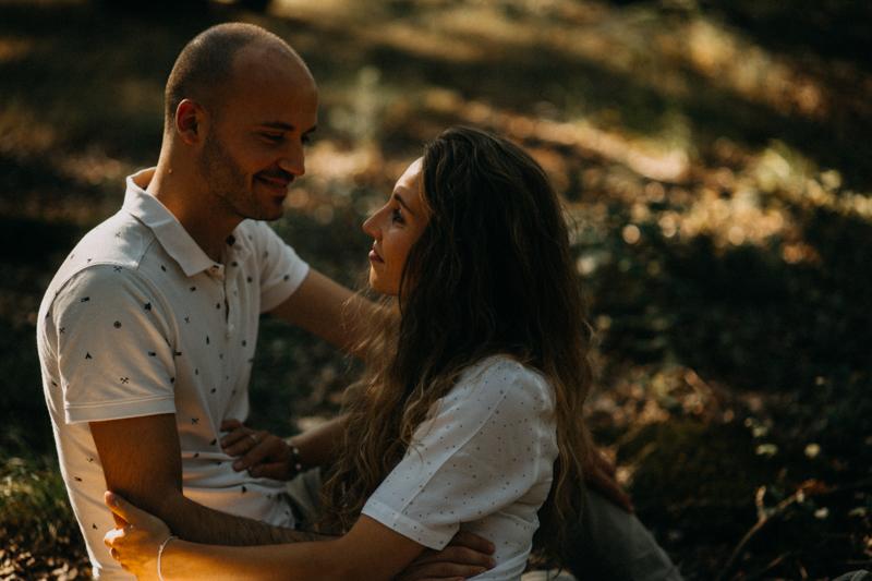 Photographe mariage seance photo lifestyle couple love session amour amoureux nature moody bois Lyon-18
