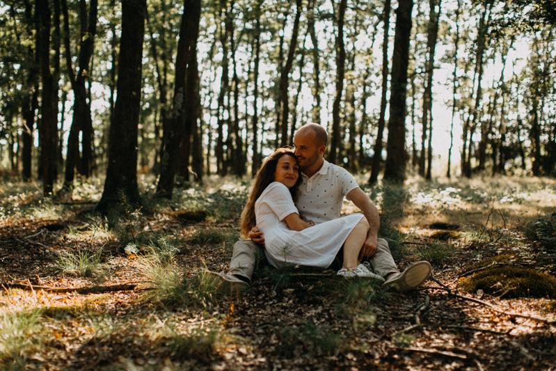 Photographe mariage seance photo lifestyle couple love session amour amoureux nature moody bois Lyon-19
