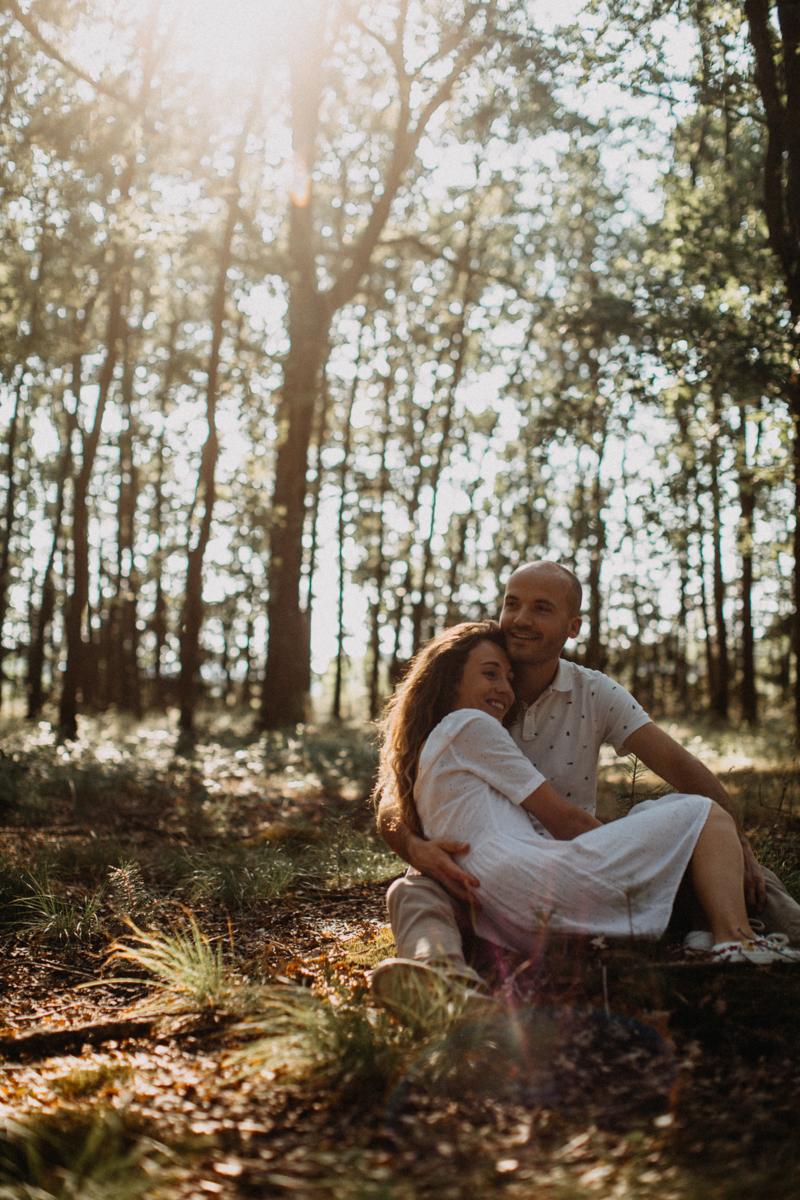 Photographe mariage seance photo lifestyle couple love session amour amoureux nature moody bois Lyon-20