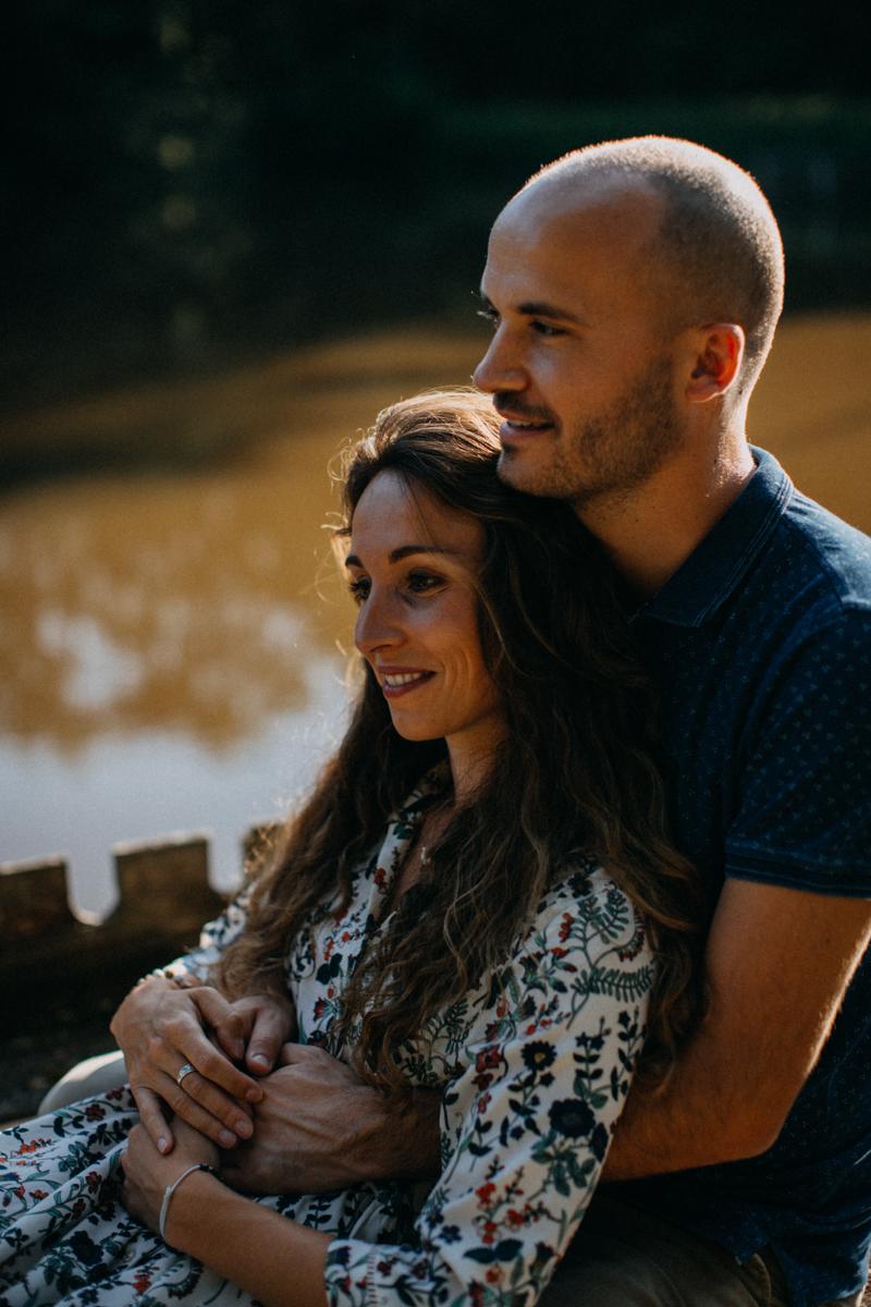 Photographe mariage seance photo lifestyle couple love session amour amoureux nature moody bois Lyon-24
