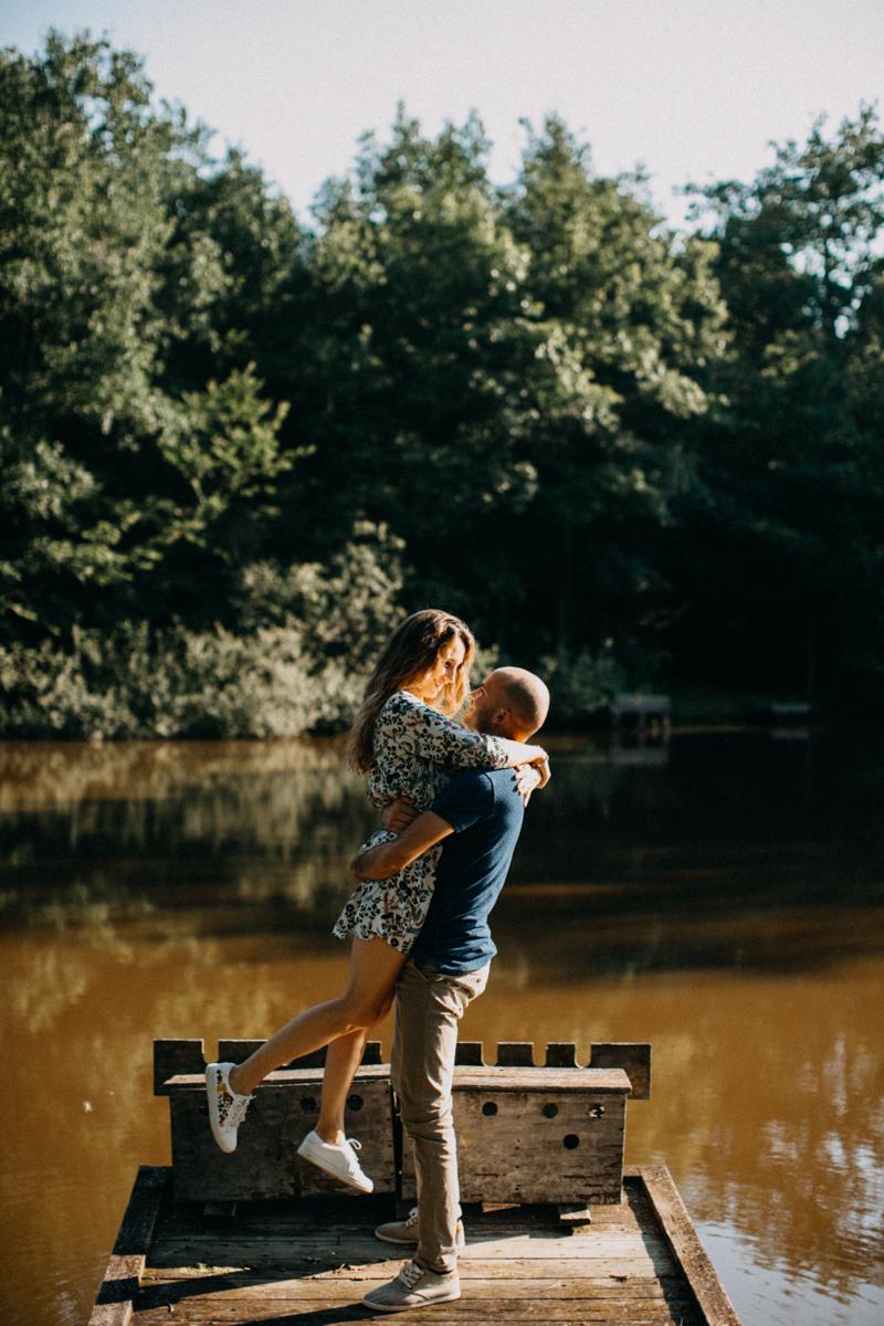 Photographe mariage seance photo lifestyle couple love session amour amoureux nature moody bois Lyon-25