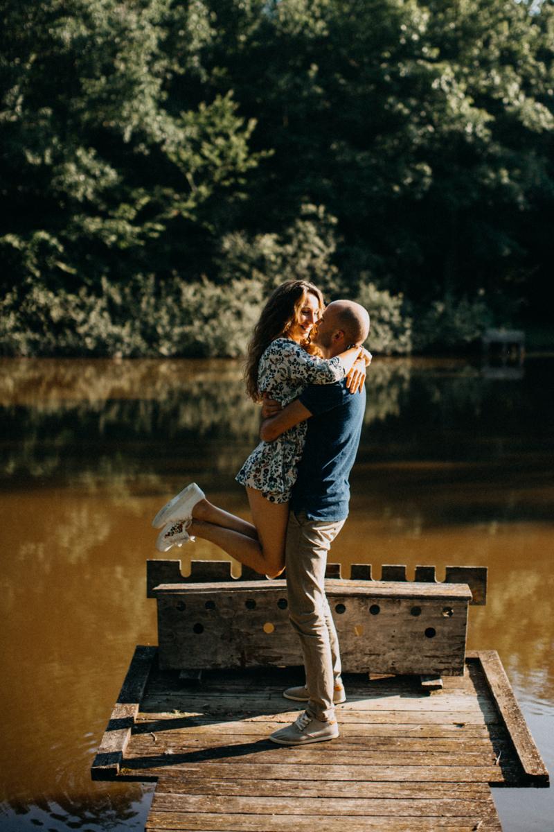 Photographe mariage seance photo lifestyle couple love session amour amoureux nature moody bois Lyon-26