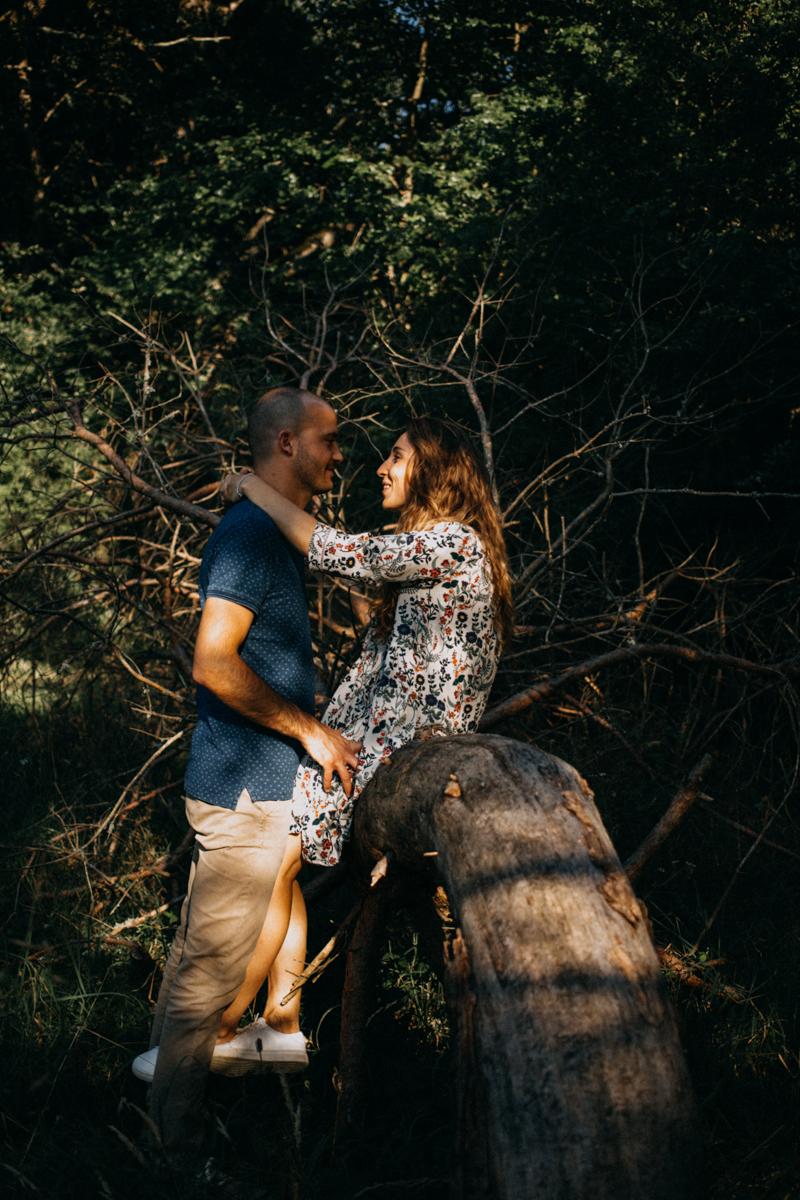 Photographe mariage seance photo lifestyle couple love session amour amoureux nature moody bois Lyon-31