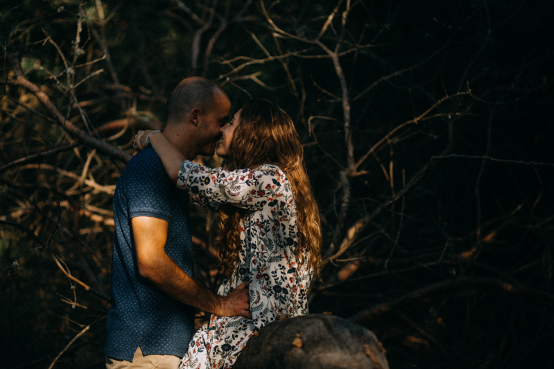 Photographe mariage seance photo lifestyle couple love session amour amoureux nature moody bois Lyon-32