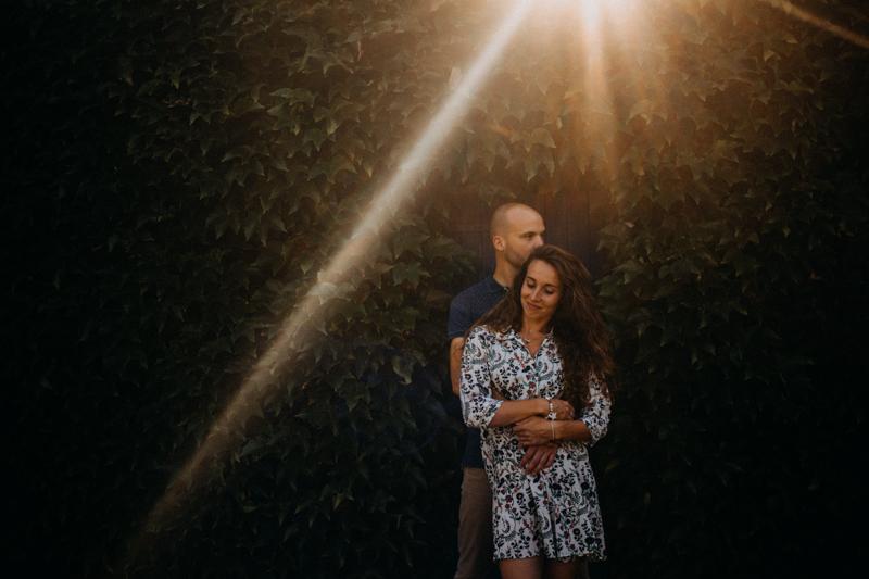 Photographe mariage seance photo lifestyle couple love session amour amoureux nature moody bois Lyon-37