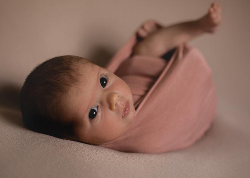 Photographe nouveau-ne bebe nourrisson newborn posing seance photo naissance lyon-2