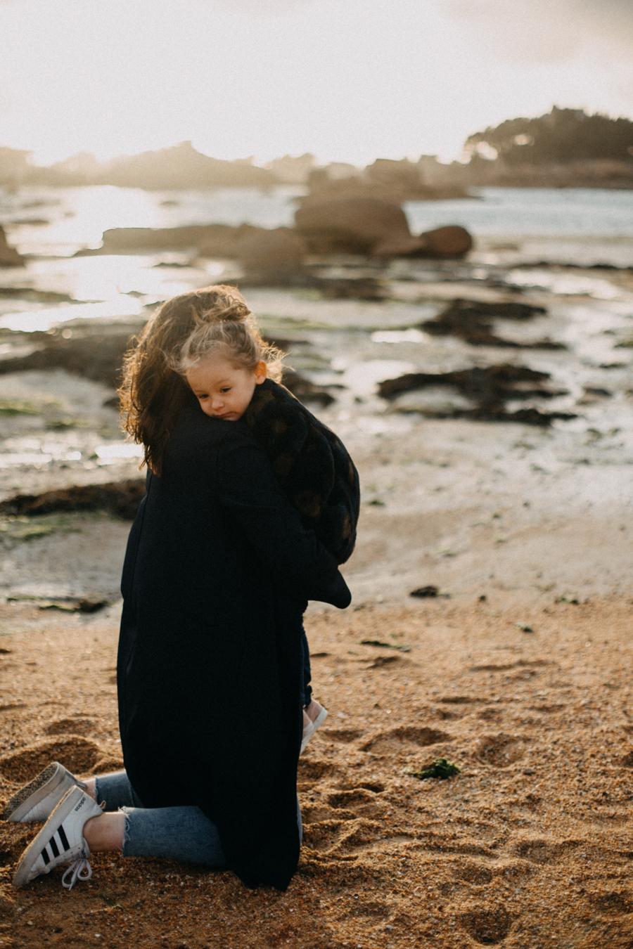 Photographe lifestyle famille mer plage family session bretagne lyon sunset lumiere enfants-14