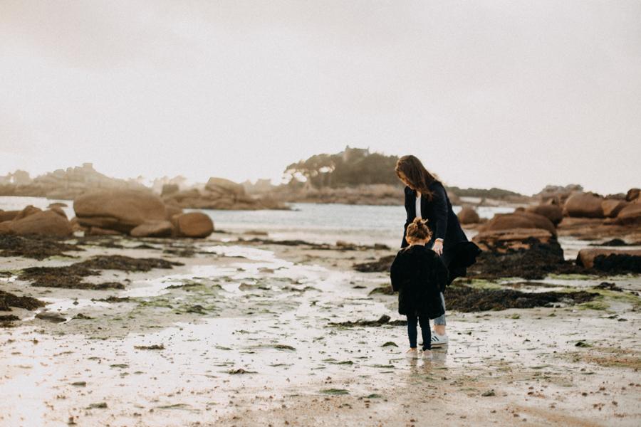 Photographe lifestyle famille mer plage family session bretagne lyon sunset lumiere enfants-17