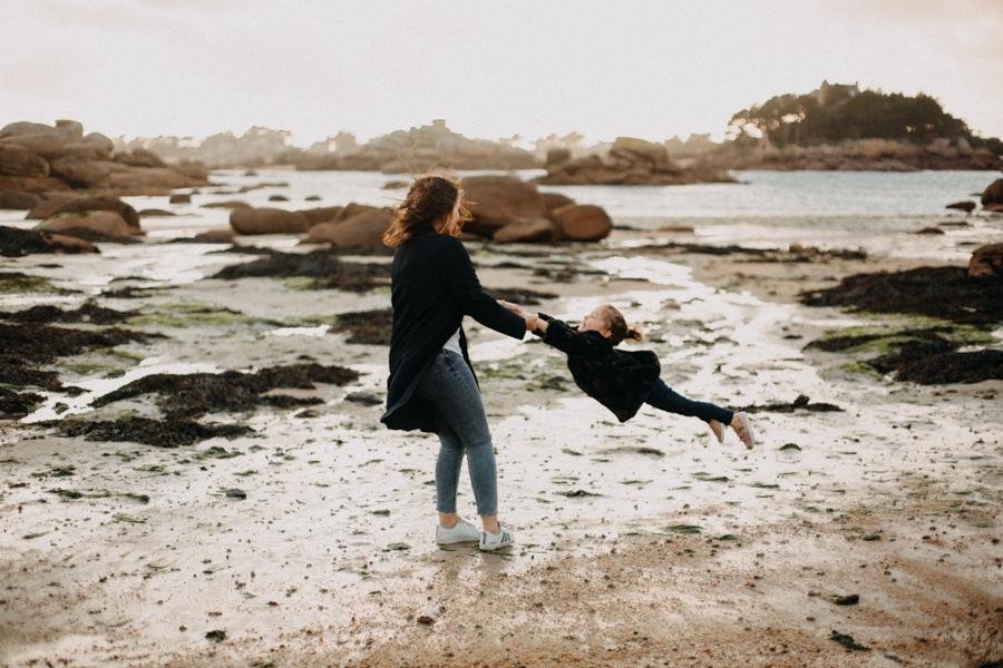 Photographe lifestyle famille mer plage family session bretagne lyon sunset lumiere enfants-18