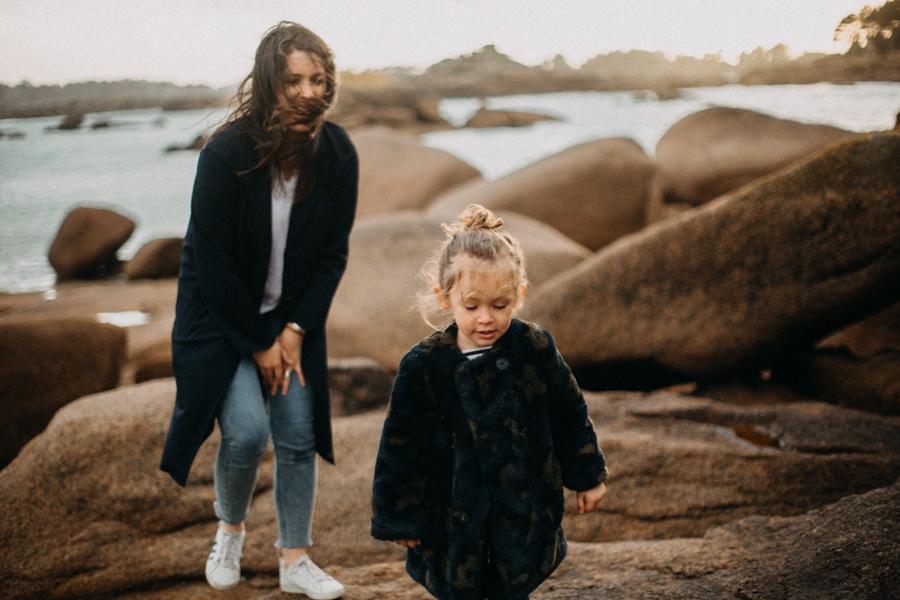 Photographe lifestyle famille mer plage family session bretagne lyon sunset lumiere enfants-24