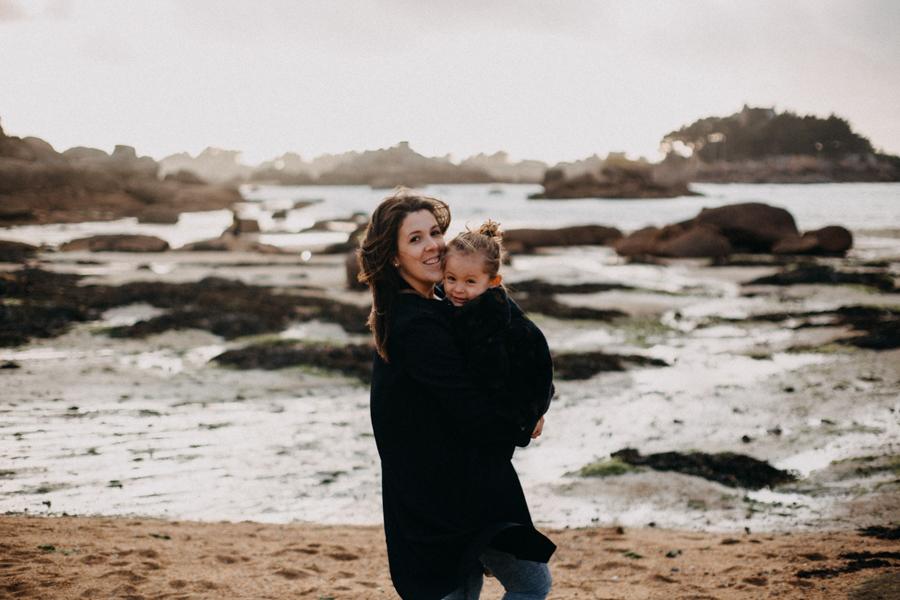 Photographe lifestyle famille mer plage family session bretagne lyon sunset lumiere enfants-3