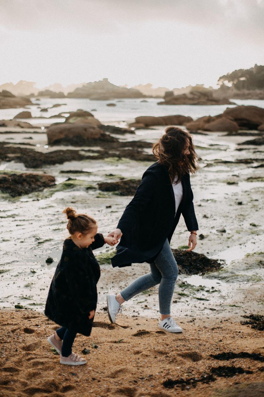 Photographe lifestyle famille mer plage family session bretagne lyon sunset lumiere enfants-4