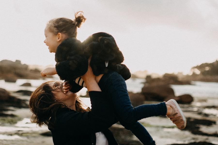 Photographe lifestyle famille mer plage family session bretagne lyon sunset lumiere enfants-6