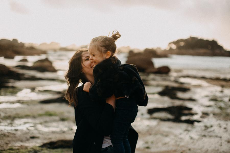 Photographe lifestyle famille mer plage family session bretagne lyon sunset lumiere enfants-7