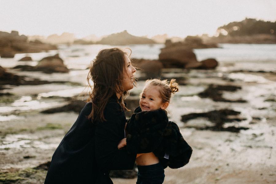Photographe lifestyle famille mer plage family session bretagne lyon sunset lumiere enfants-8