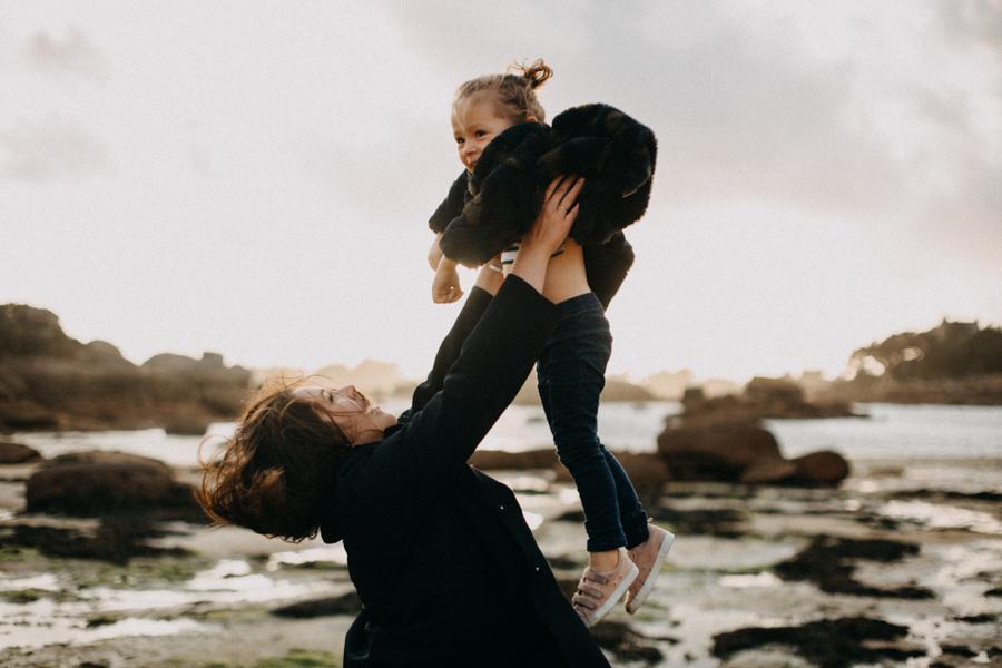 Photographe lifestyle famille mer plage family session bretagne lyon sunset lumiere enfants-9