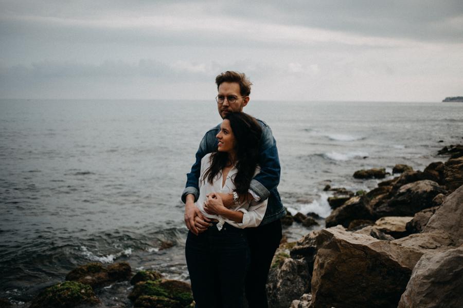 Photographe couple seance photo engagement lyon marseille plage mer nature coucher de soleil lumiere lifestyle engagement plage-14