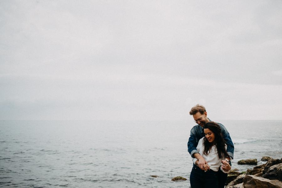 Photographe couple seance photo engagement lyon marseille plage mer nature coucher de soleil lumiere lifestyle engagement plage-15