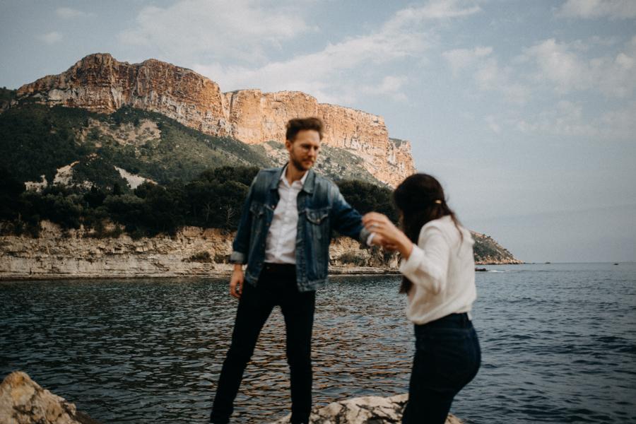 Photographe couple seance photo engagement lyon marseille plage mer nature coucher de soleil lumiere lifestyle engagement plage-16