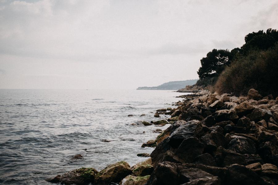 Photographe couple seance photo engagement lyon marseille plage mer nature coucher de soleil lumiere lifestyle engagement plage-17