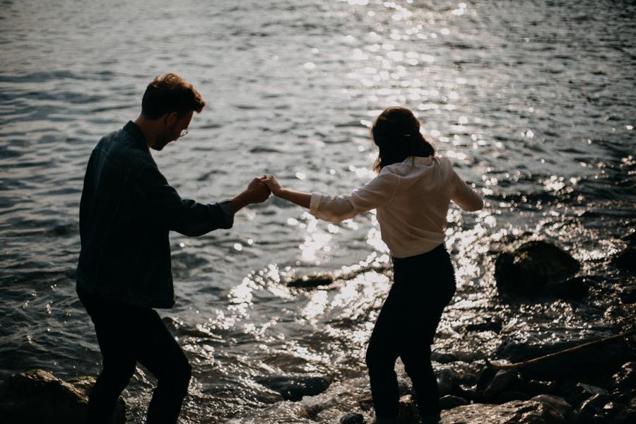 Photographe couple seance photo engagement lyon marseille plage mer nature coucher de soleil lumiere lifestyle engagement plage-25