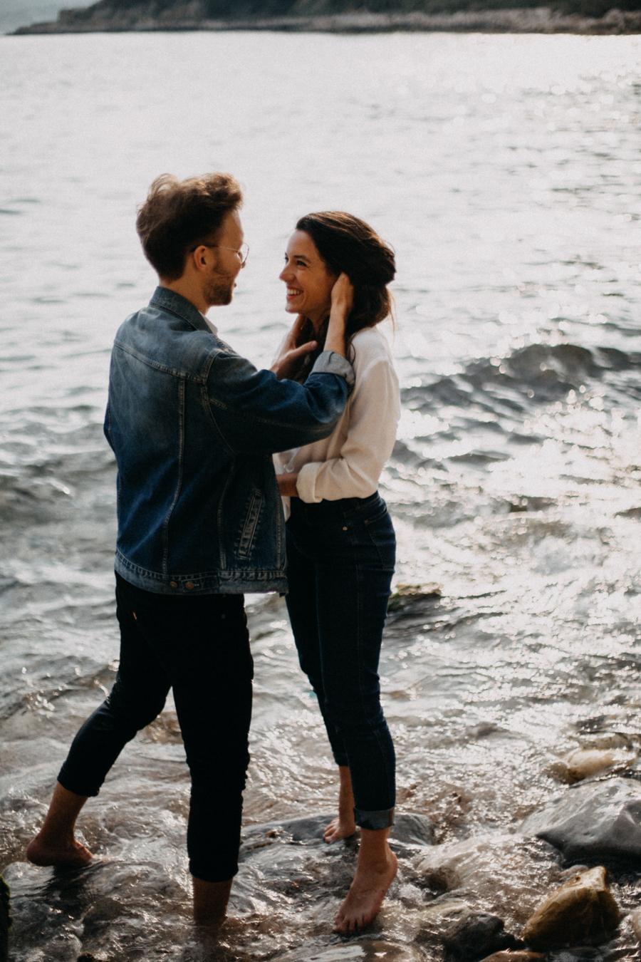 Photographe couple seance photo engagement lyon marseille plage mer nature coucher de soleil lumiere lifestyle engagement plage-27