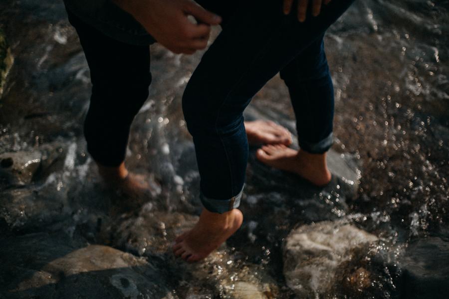 Photographe couple seance photo engagement lyon marseille plage mer nature coucher de soleil lumiere lifestyle engagement plage-32