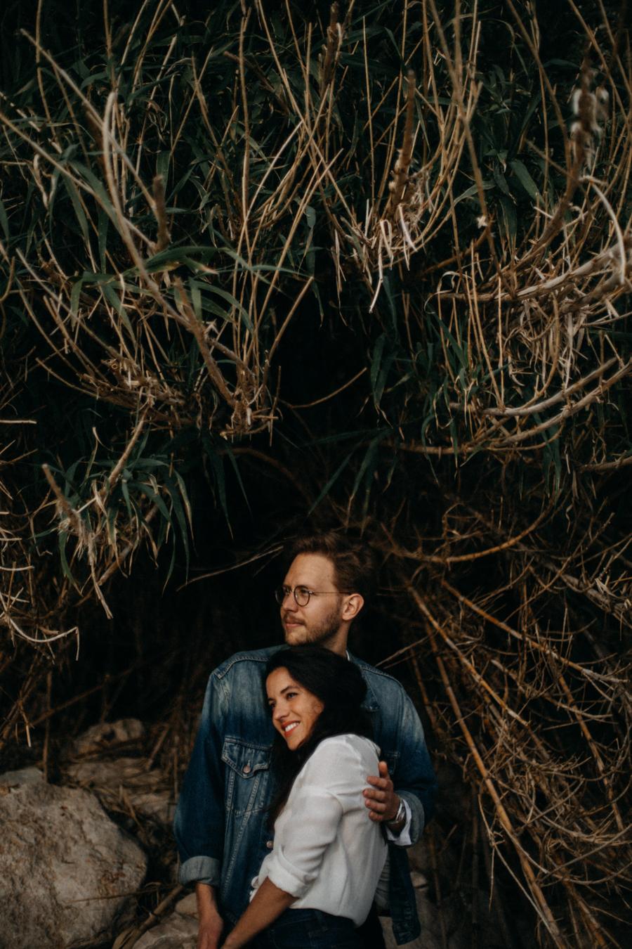Photographe couple seance photo engagement lyon marseille plage mer nature coucher de soleil lumiere lifestyle engagement plage-34