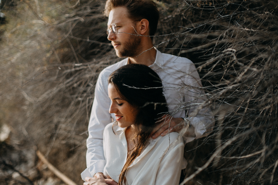 Photographe couple seance photo engagement lyon marseille plage mer nature coucher de soleil lumiere lifestyle engagement plage-37
