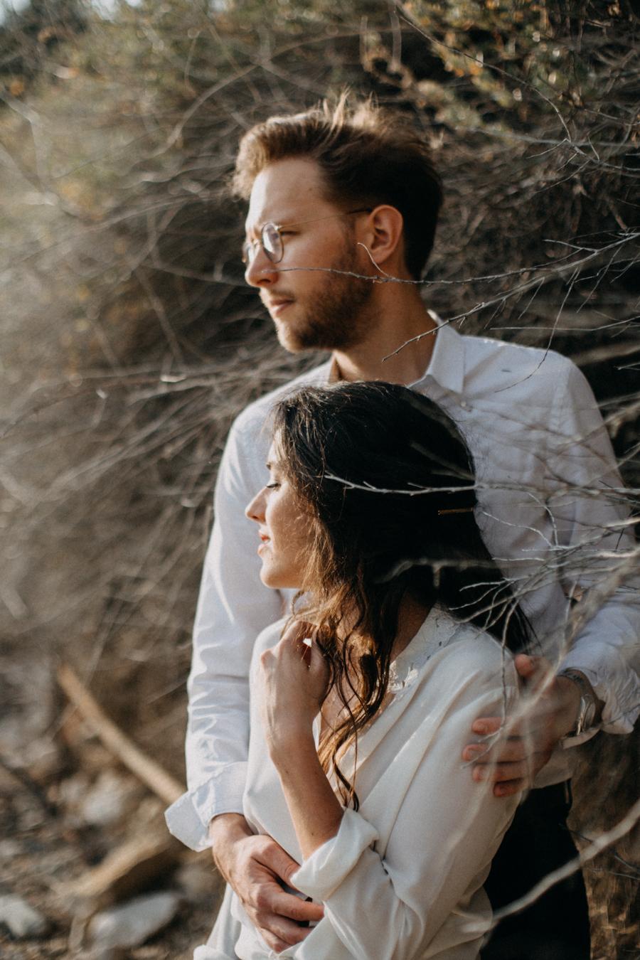 Photographe couple seance photo engagement lyon marseille plage mer nature coucher de soleil lumiere lifestyle engagement plage-38