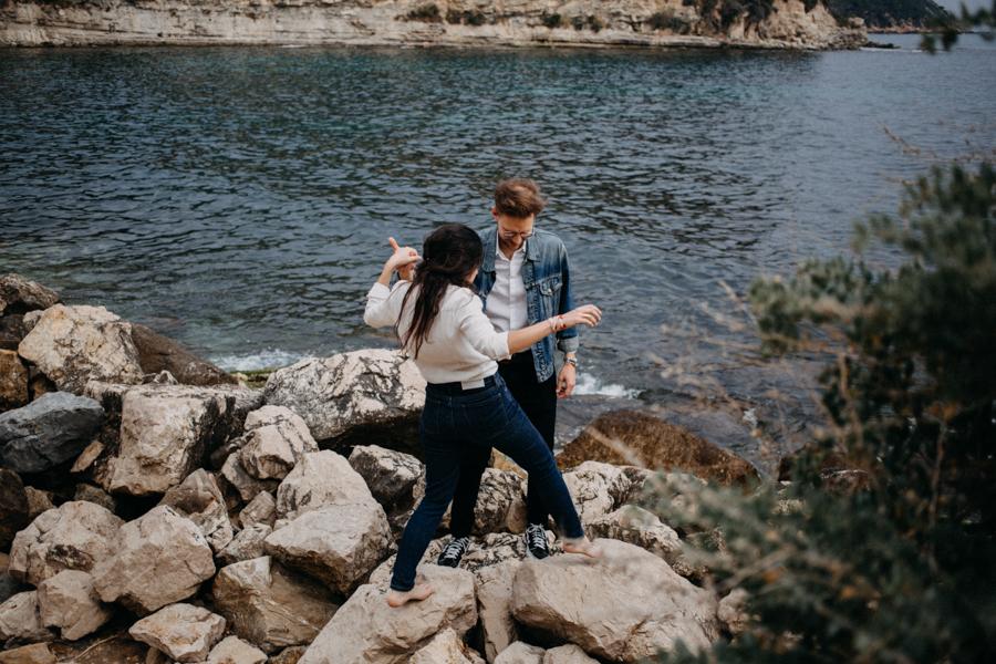 Photographe couple seance photo engagement lyon marseille plage mer nature coucher de soleil lumiere lifestyle engagement plage-4