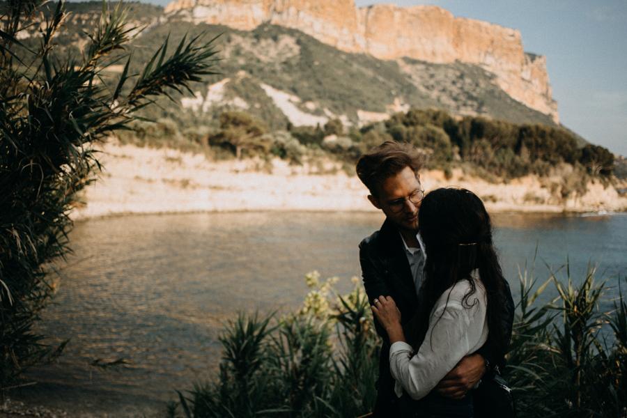 Photographe couple seance photo engagement lyon marseille plage mer nature coucher de soleil lumiere lifestyle engagement plage-47