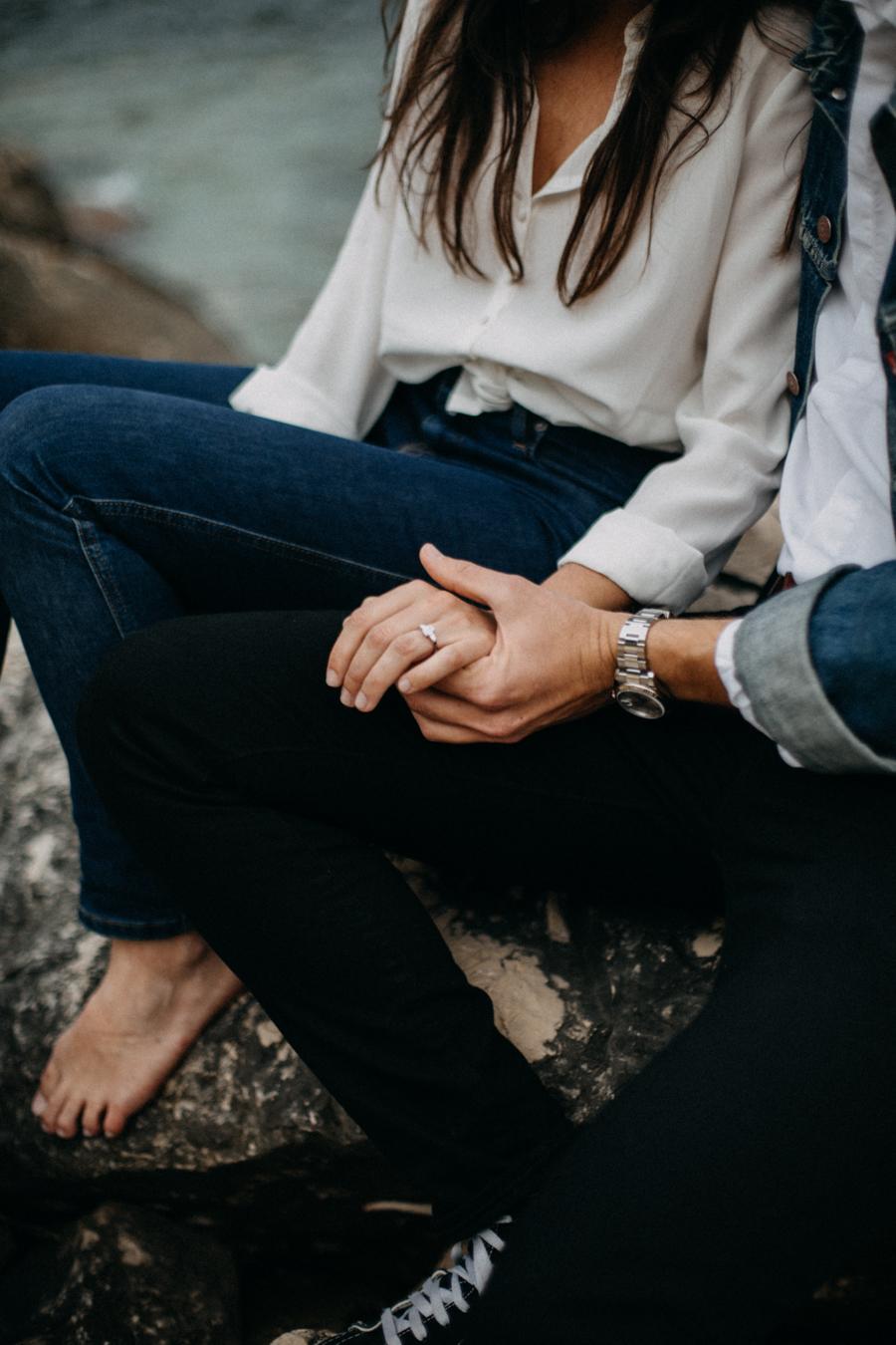 Photographe couple seance photo engagement lyon marseille plage mer nature coucher de soleil lumiere lifestyle engagement plage-8