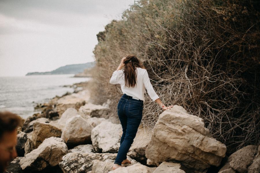 Photographe couple seance photo engagement lyon marseille plage mer nature coucher de soleil lumiere lifestyle engagement plage-9