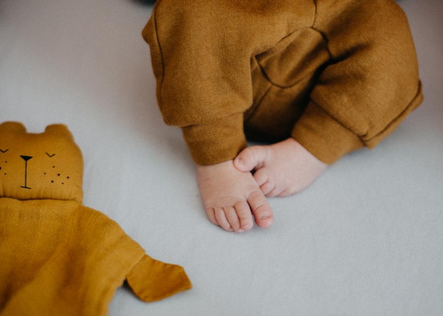 Photographe nouveau-ne bebe nourrisson naissance seance photo newborn posing Lyon-1