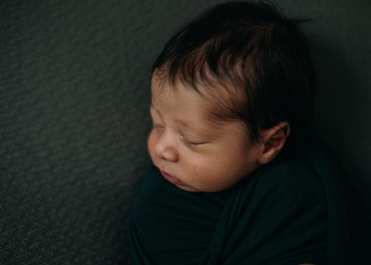 photographe nouveau-ne bebe naissance newborn posing lyon seance photo-2
