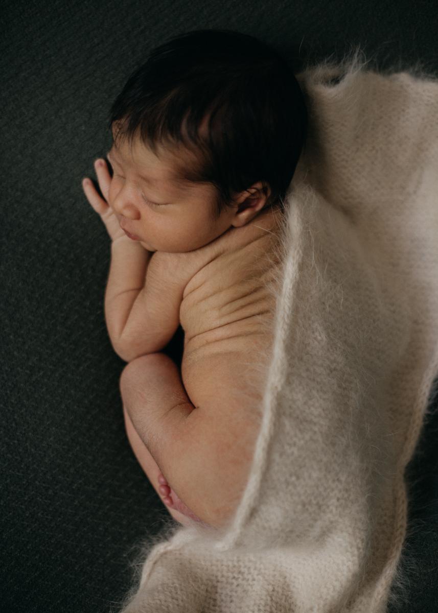 photographe nouveau-ne bebe naissance newborn posing lyon seance photo-5