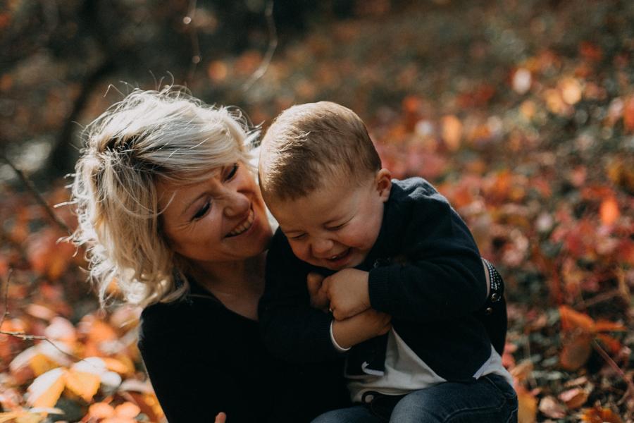 photographe famille seance photo lifestyle lyon automne fall lumiere rouge orange bebe-10