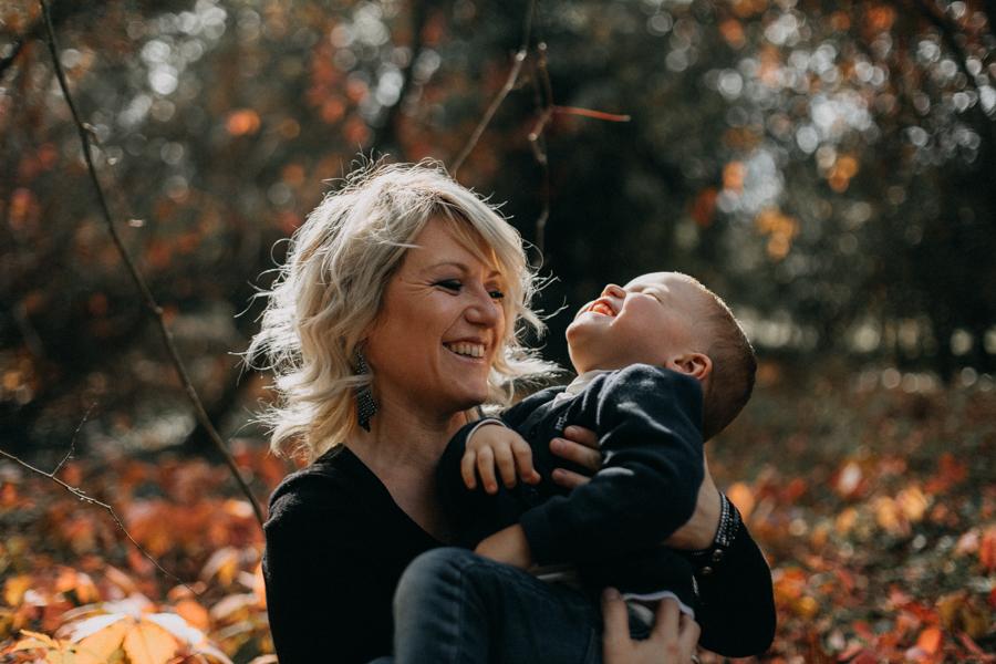 photographe famille seance photo lifestyle lyon automne fall lumiere rouge orange bebe-11