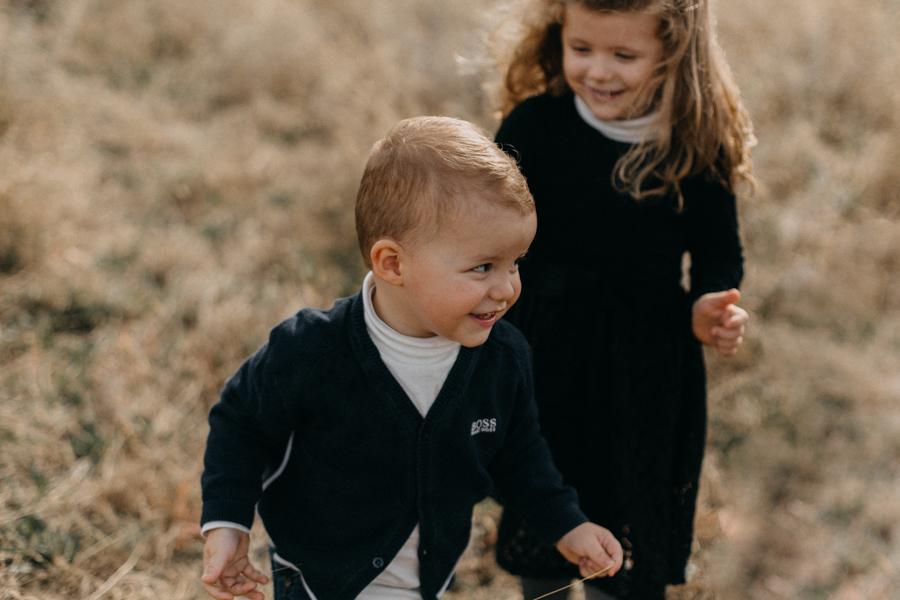 photographe famille seance photo lifestyle lyon automne fall lumiere rouge orange bebe-15