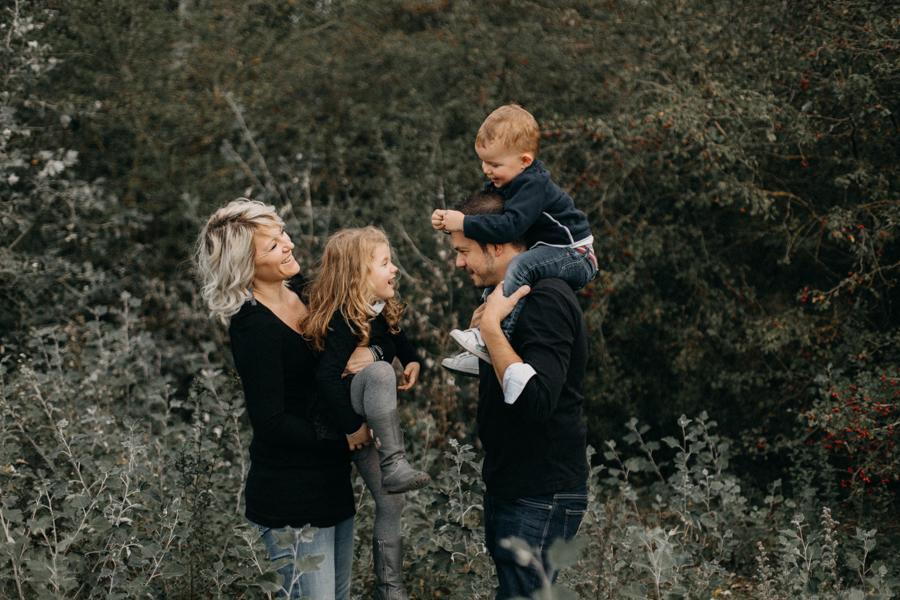 photographe famille seance photo lifestyle lyon automne fall lumiere rouge orange bebe-4