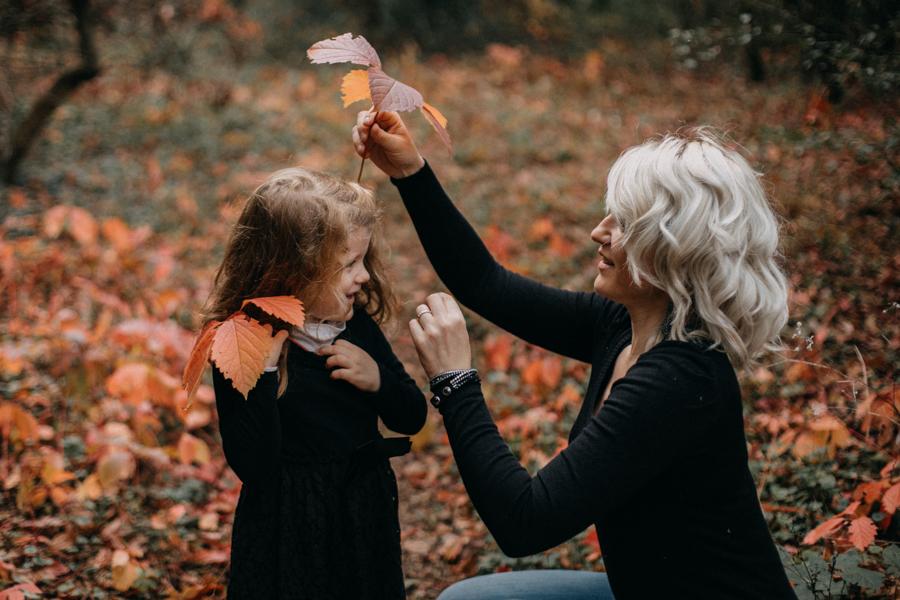 photographe famille seance photo lifestyle lyon automne fall lumiere rouge orange bebe-5