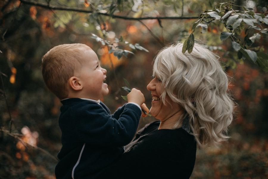 photographe famille seance photo lifestyle lyon automne fall lumiere rouge orange bebe-7